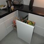 Kuchnia z koszem w szafce narożnej